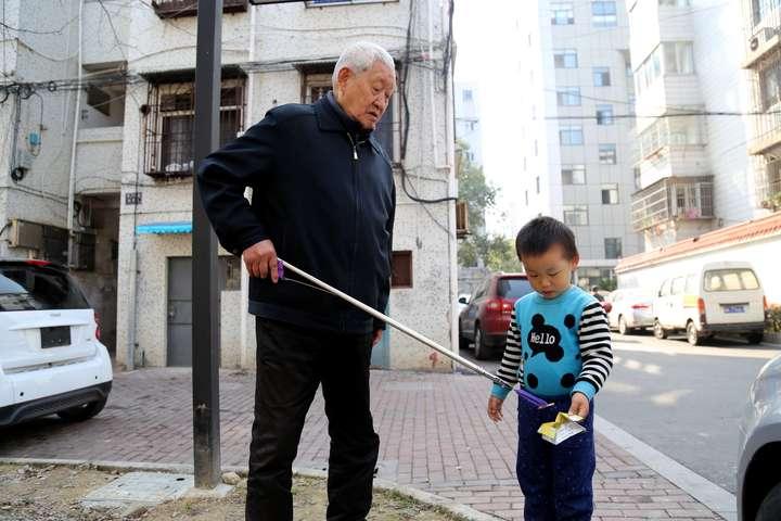 捡烟头的曾祖孙俩