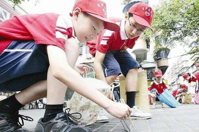 夏令营华侨学生上街捡烟头助力家乡环境建设